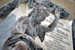 Dom Statue